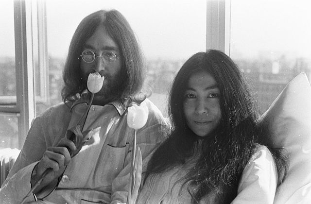 640px-Bed-In_for_Peace,_Amsterdam_1969_-_John_Lennon_&_Yoko_Ono_16